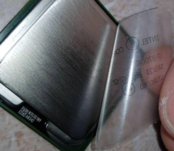 Com um adesivo, os golpistas escondiam as informações originais dos chips básicos