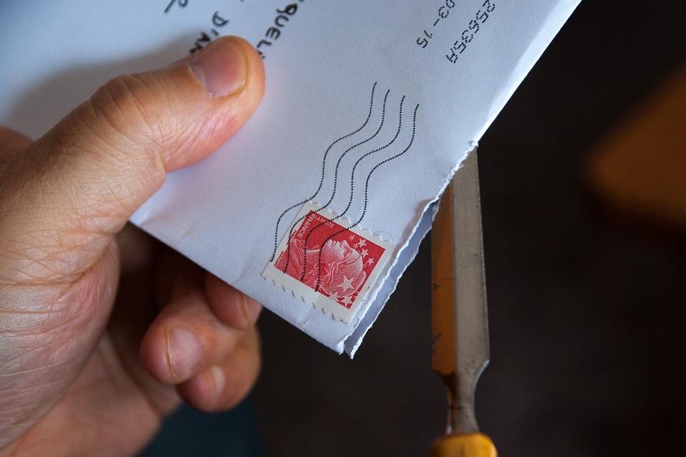 Não há casos registrados de alguém que tenha se contaminado via correios.