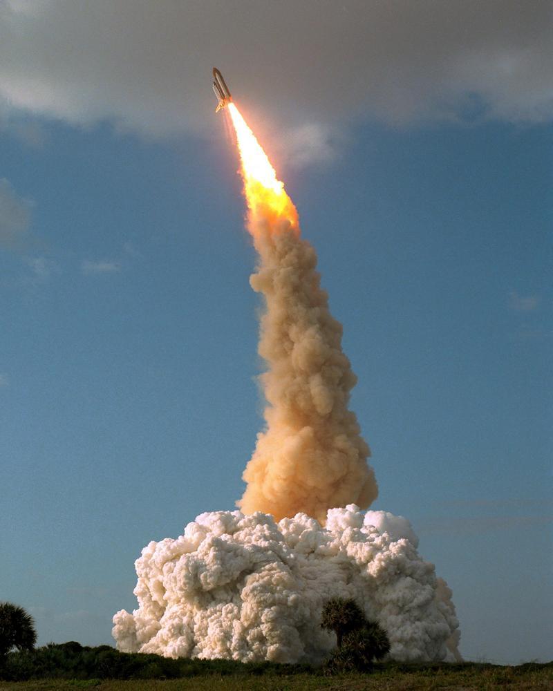 O Hubble sobe ao espaço a bordo do ônibus espacial Discovery.