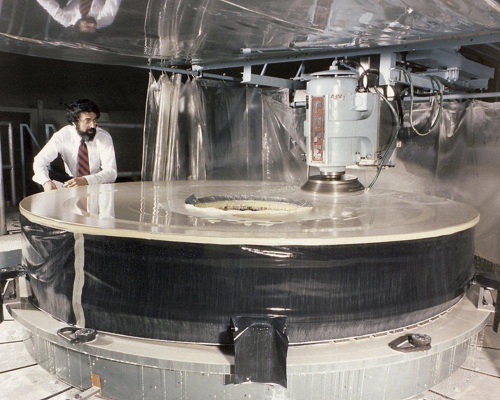 Um dos espelhos do Hubble sendo polido nas instalações da Perkin-Elmer.