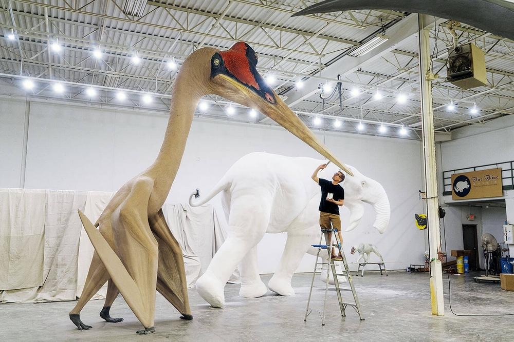 Modelo de um Quetzalcoatlus northropi é pintado antes de ser entregue a um museu no Kuwait.