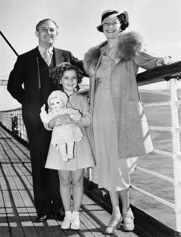Shirley Temple e os pais (Fonte: Pinterest/Reprodução)