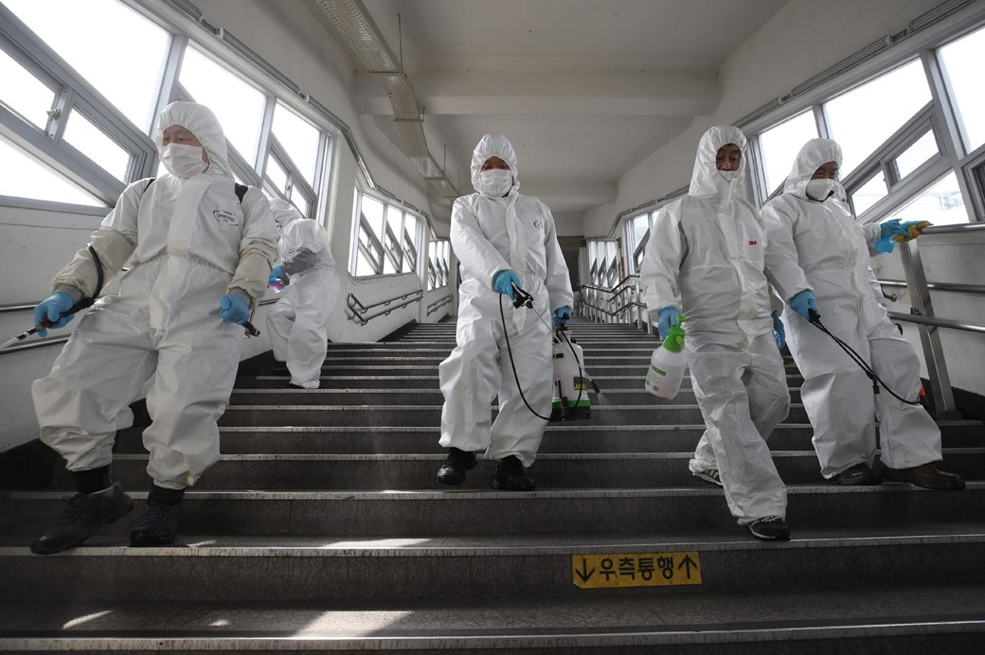 Limpeza de metrô em Seoul, na Coreia do Sul. (Fonte: YONHAP/AFP)