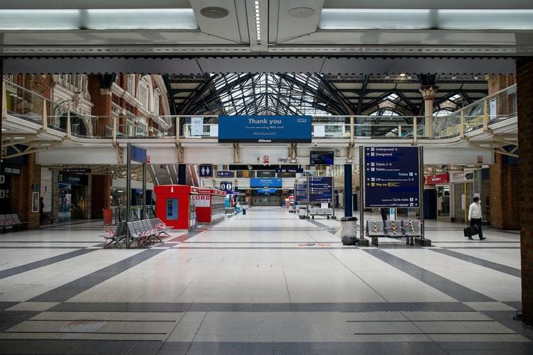 Estação de metrô em Liverpool, normalmente cheia, com o lockdown tem ficado cada vez mais vazia. (Fonte: Unsplash)