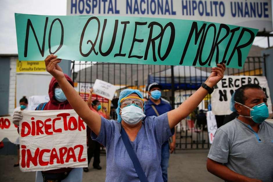Profissionais de saúde do Peru protestam por melhores condições de trabalho (REUTERS/Sebastian Castaneda)