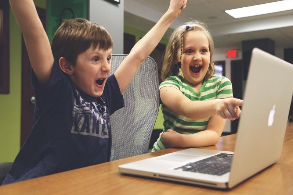 Crianças vs. IA: quem se sai melhor em um labirinto?