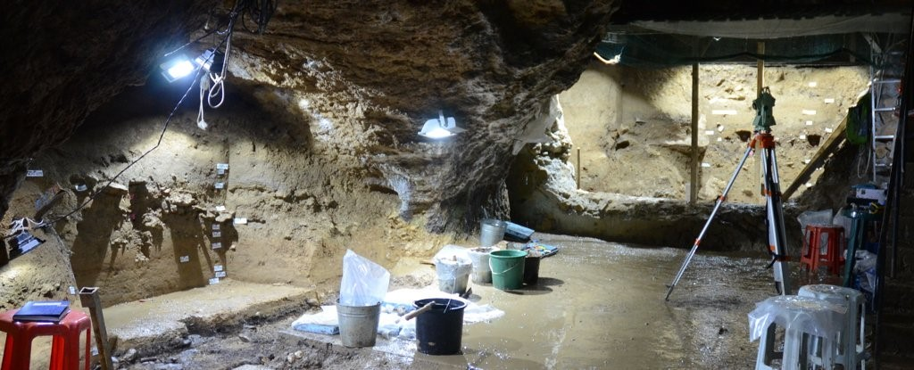 Interior da caverna Bacho Kiro