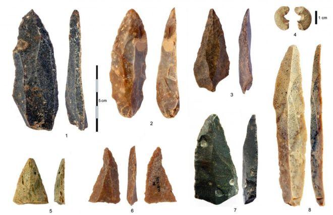Artefatos descobertos com os ossos