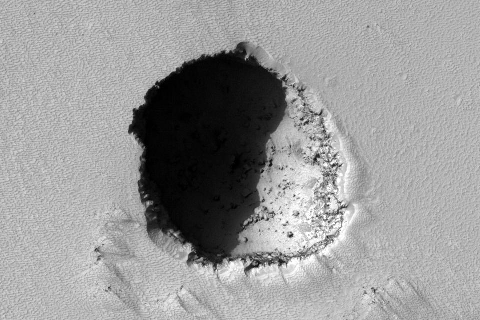 Um tubo de lava na encosta do Pavonis Mons, na região de Tharsis, em Marte.