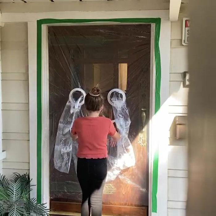 A cortina possui dois pares de mangas plásticas, permitindo um abraço com toda a segurança necessária neste momento.(Fonte: Facebook/Reprodução)