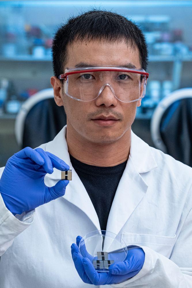 O pesquisador Jia Liang com as células solares de perovskita.
