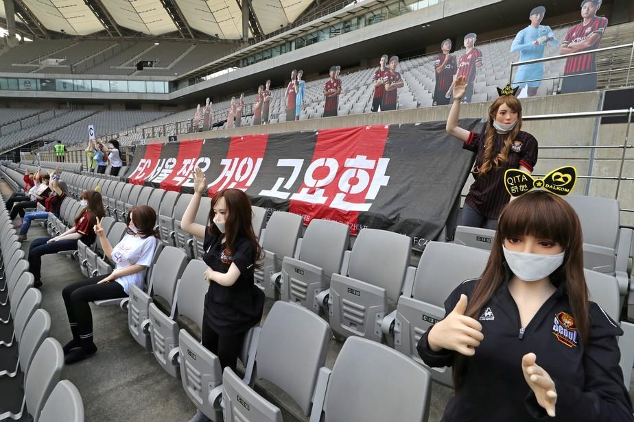 Boencas infláveis foram colocadas em arquibancada com camisa e bandeiras do FC Seoul. Fonte: Twitter / Reprodução