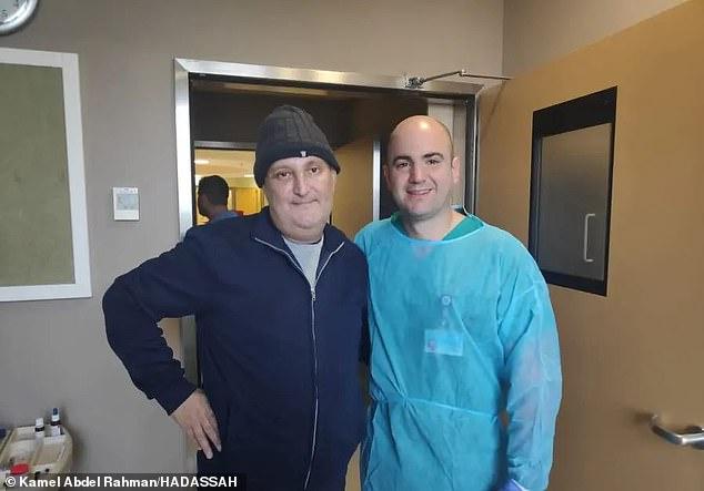Kamel Abdel Rahman e um dos médicos responsáveis pela sua cirurgia. Fonte: Daily Mail / Divulgação