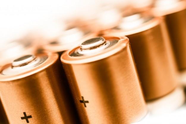 Alessandro Volta foi o cientista responsável por inventar o primeiro protótipo de bateria
