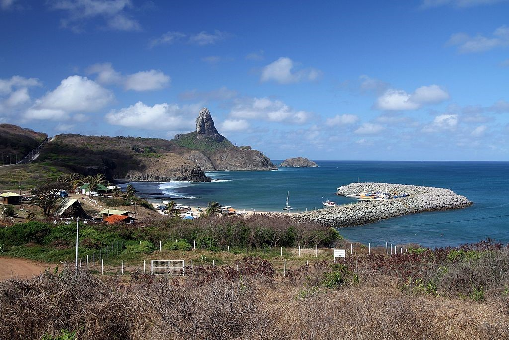 O belíssimo Porto de Santo Antônio, em Fernando de Noronha. (Fonte: Adelano Lázaro/Wikimedia Commons/Reprodução)