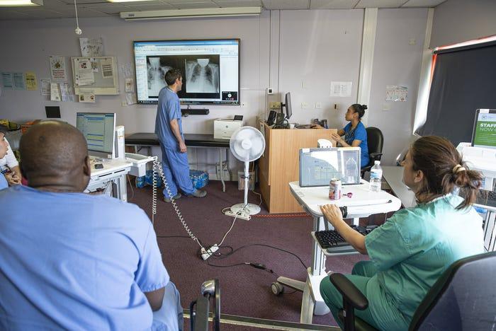 Médicos acompanham em sala separada as transmissões do Microsoft HoloLens.