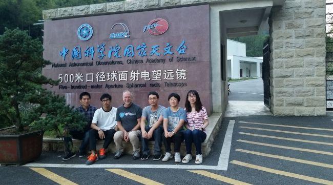Os astrobiólogos Zhi-Song Zhang e Dan Werthimer (segundo e terceiro à esquerda) escreveram o artigo sobre o uso do FAST na busca por ETs.
