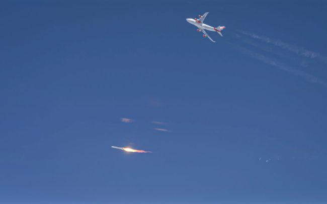 Momento em que o LauncherOne se desprendeu do avião.