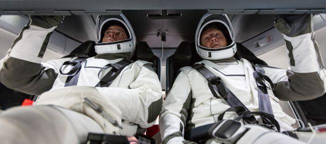 Os astronautas Doug Hurley e Bob Behnken fazendo reconhecimento da Crew Dragon. (Fonte: NASA/Reprodução)
