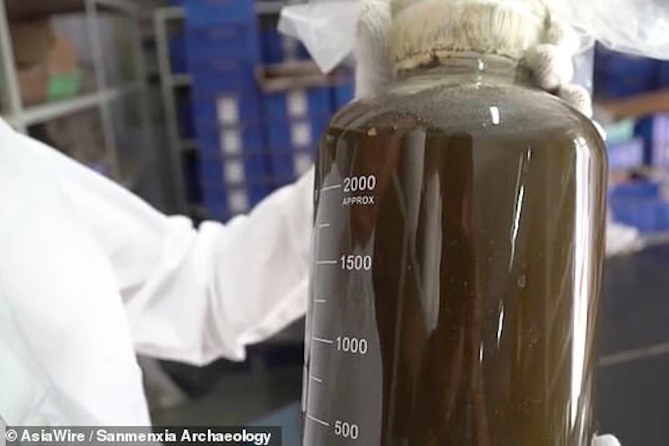 Um especialista de Pequim vai analisar uma amostra do líquido para identificar a substância encontrada no vaso de bronze (Fonte: AsiaWire / Sanmenxia Archaelogy / Divulgação)
