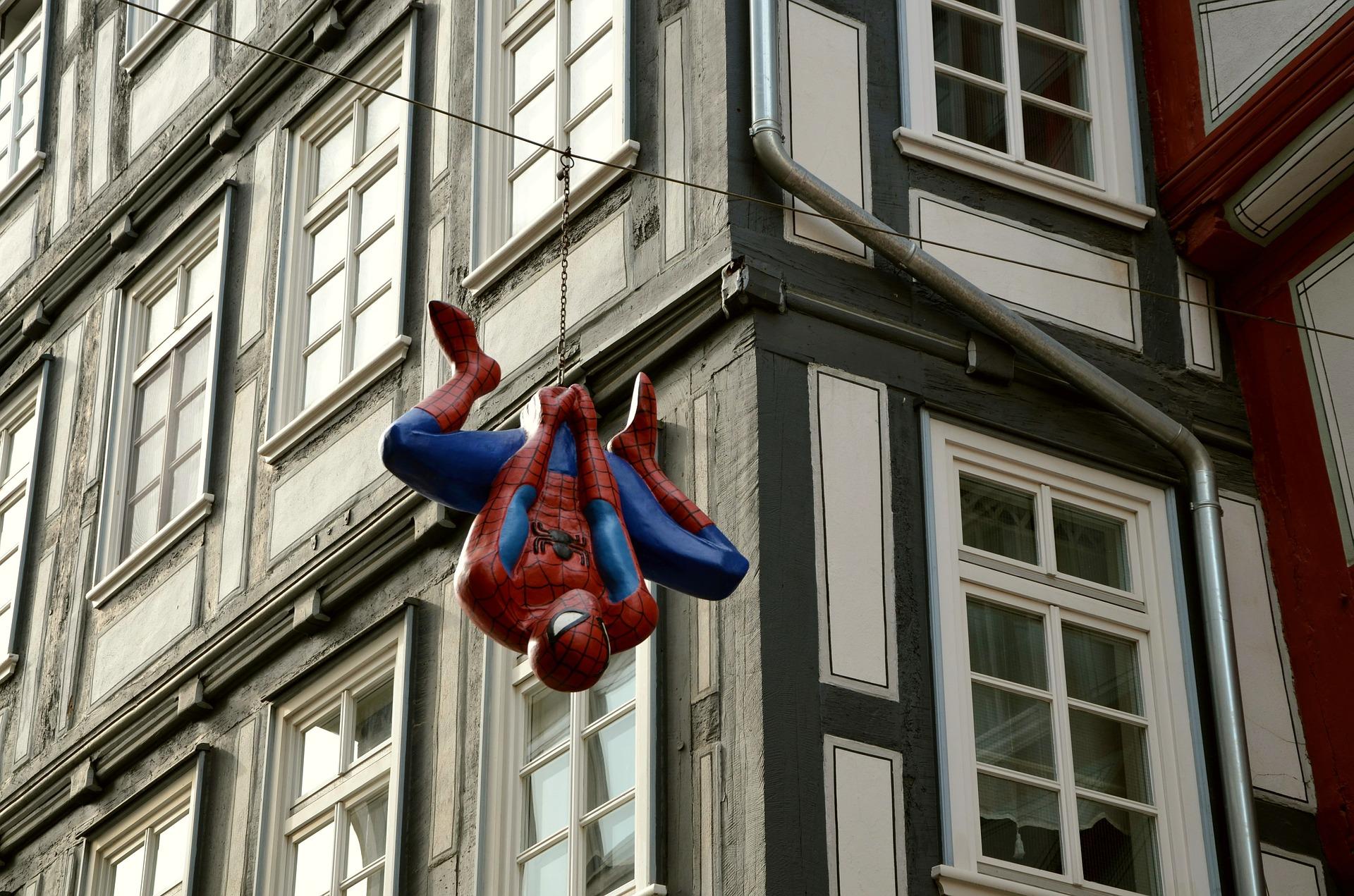 Na ficção, Peter Parker ganha poderes ao ser picado por uma aranha radioativa (Fonte: Pixabay)