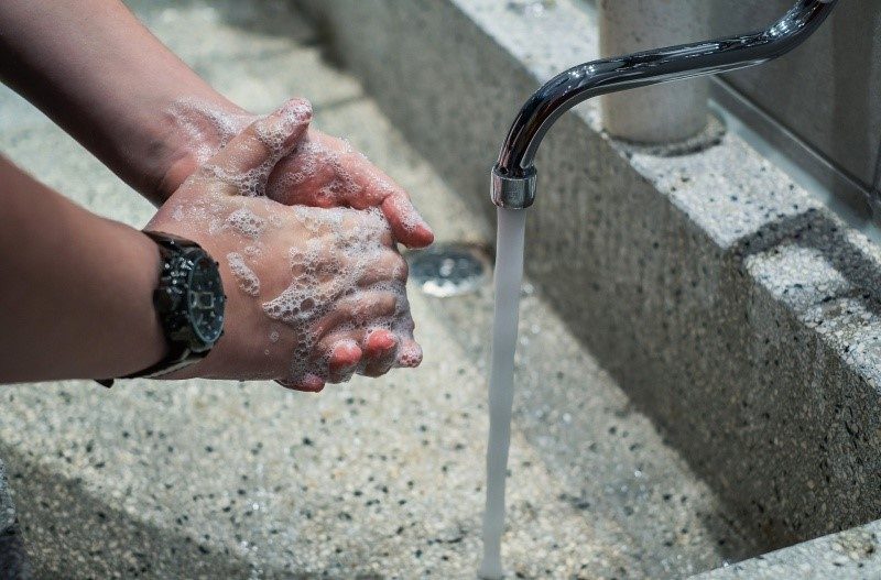 Higienizar as mãos é uma das principais dicas para combater a doença