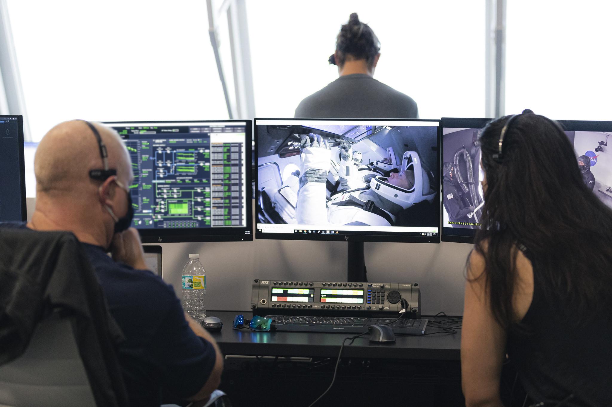 Equipe da NASA monitora o lançamento do projeto Demo-2 no Kennedy Space Center, na Flórida