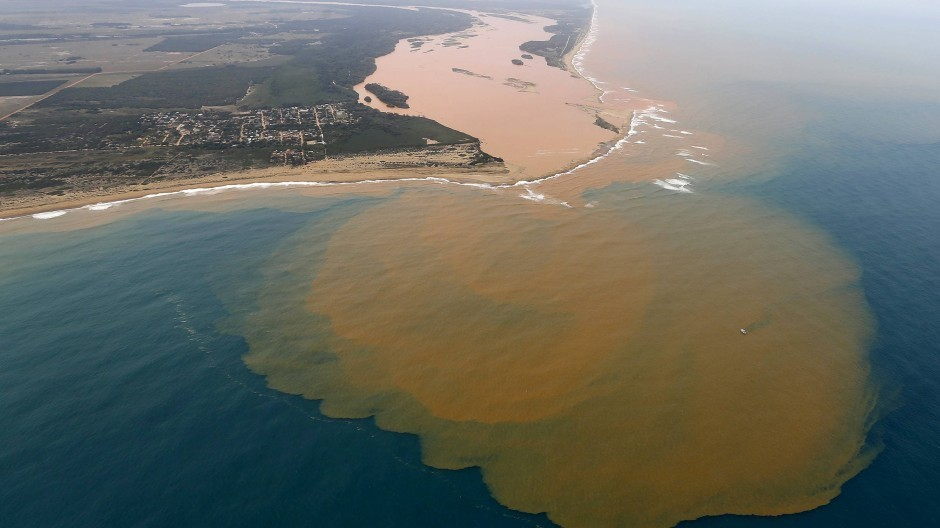 Segundo ambientalistas, o rompimento da barragem da Samarco em Mariana (MG) custou a vida (incluindo humanas) de um trilhão de organismos vivos.