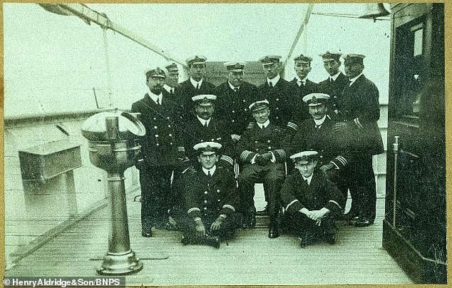 Foto dos oficiais do Titanic também está sendo leiloada (Fonte: Daily Mail/Reprodução)
