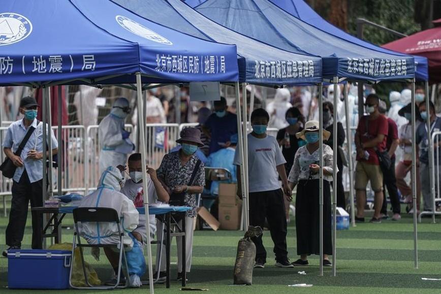 Testes são feitos com muita frequência na China, visando evitar novos casos. (Fonte: Stringer/AFP)