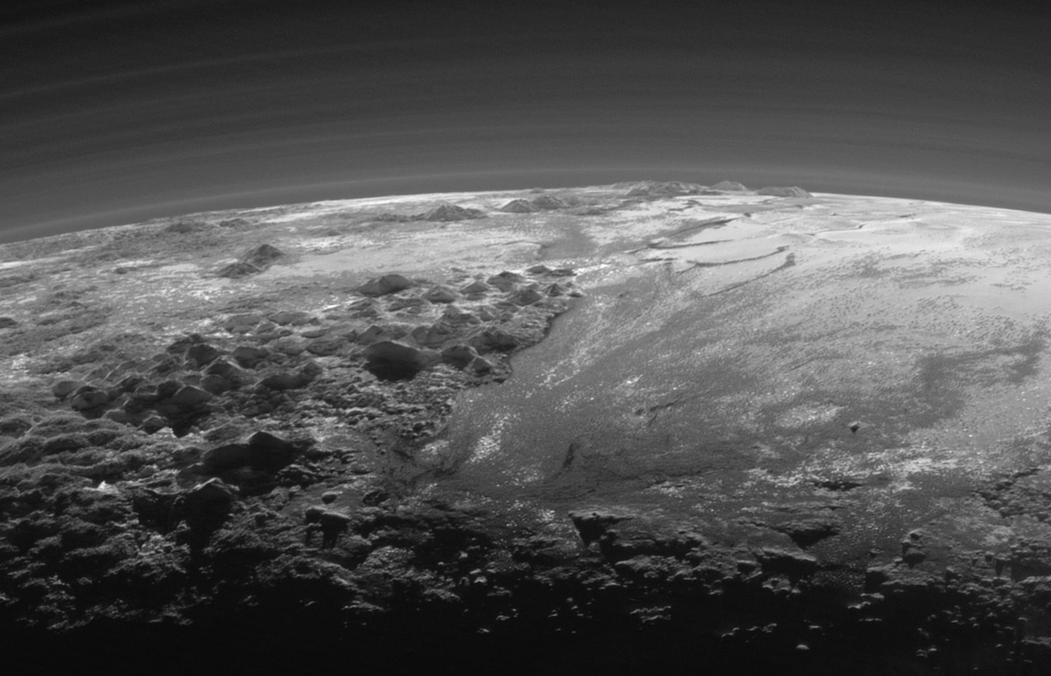 Imagens da sonda New Horizons da NASA mostra as superfícies congeladas de Plutão