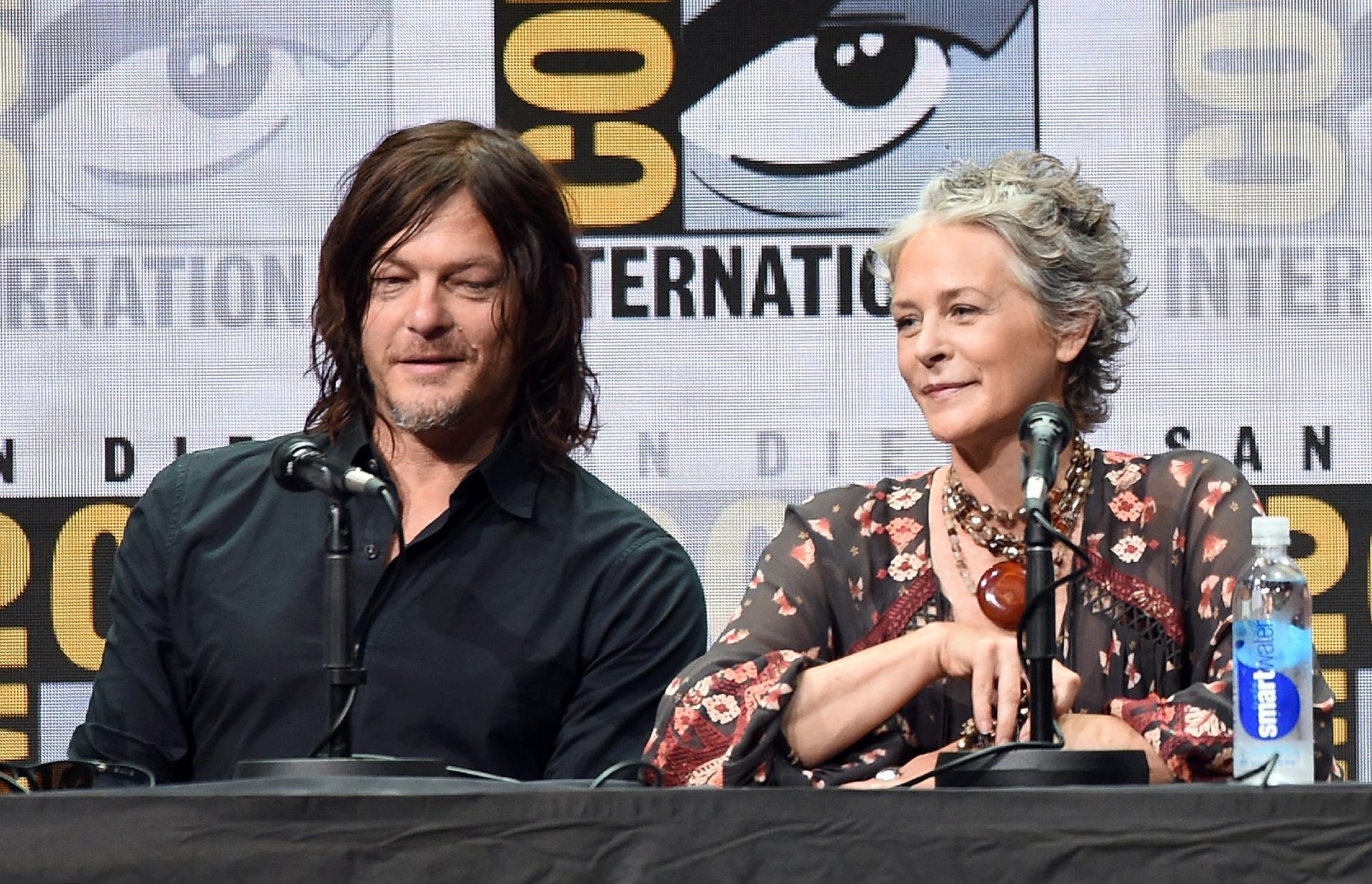 Norman Reedus e Melissa McBride, de The Walking Dead em uma outra edição do evento. (Kevin Winter/Reprodução)