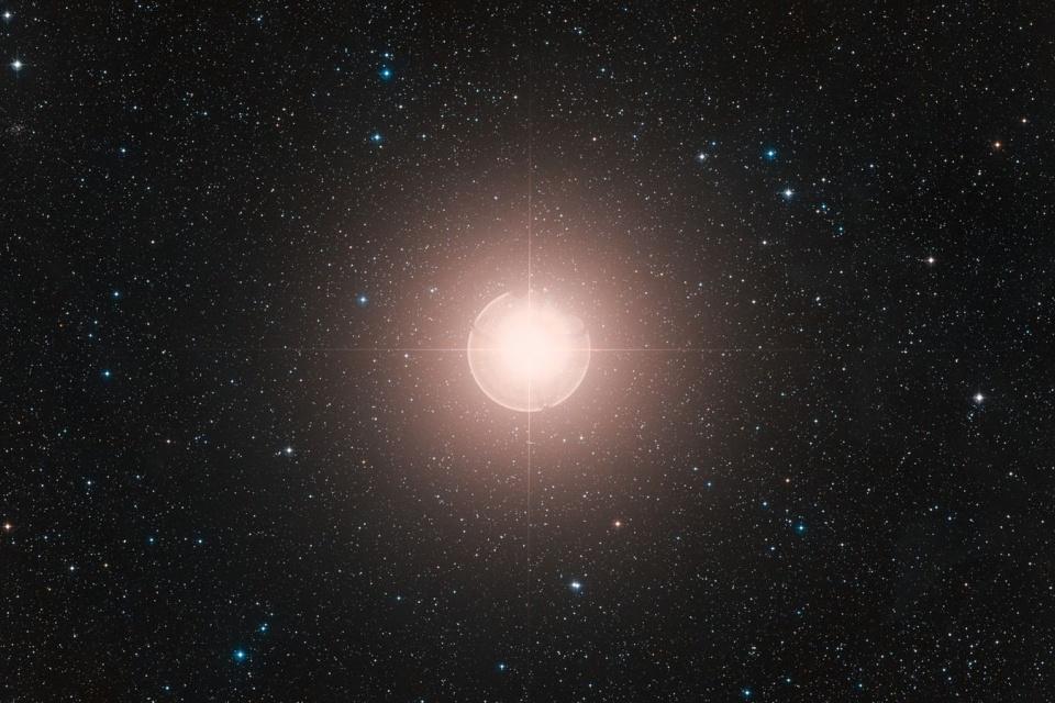 Betelgeuse: redução de brilho da estrela ganha explicação