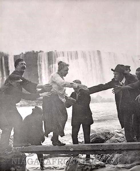Annie Taylor sendo resgatada das águas. (Fonte: Tes/Reprodução)