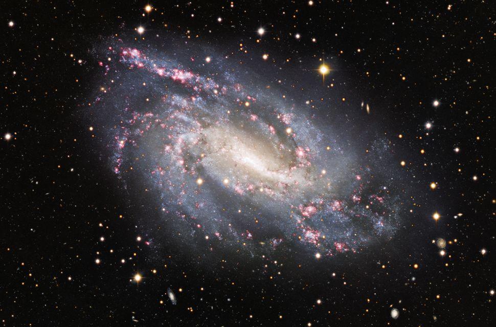 Na NGC 925, o espetáculo também ocorre – ou ocorreu.