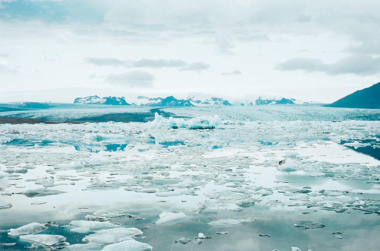 O derretimento de neve e geleiras são questões preocupantes do aquecimento global. (Fonte: Pexels)