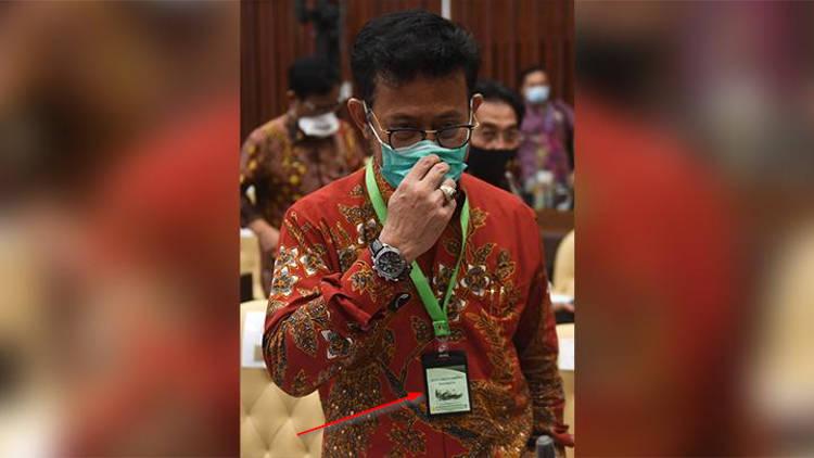 Representante do Balitbangtan usando o crachá milagroso(Fonte: Oddity Central/Reprodução)