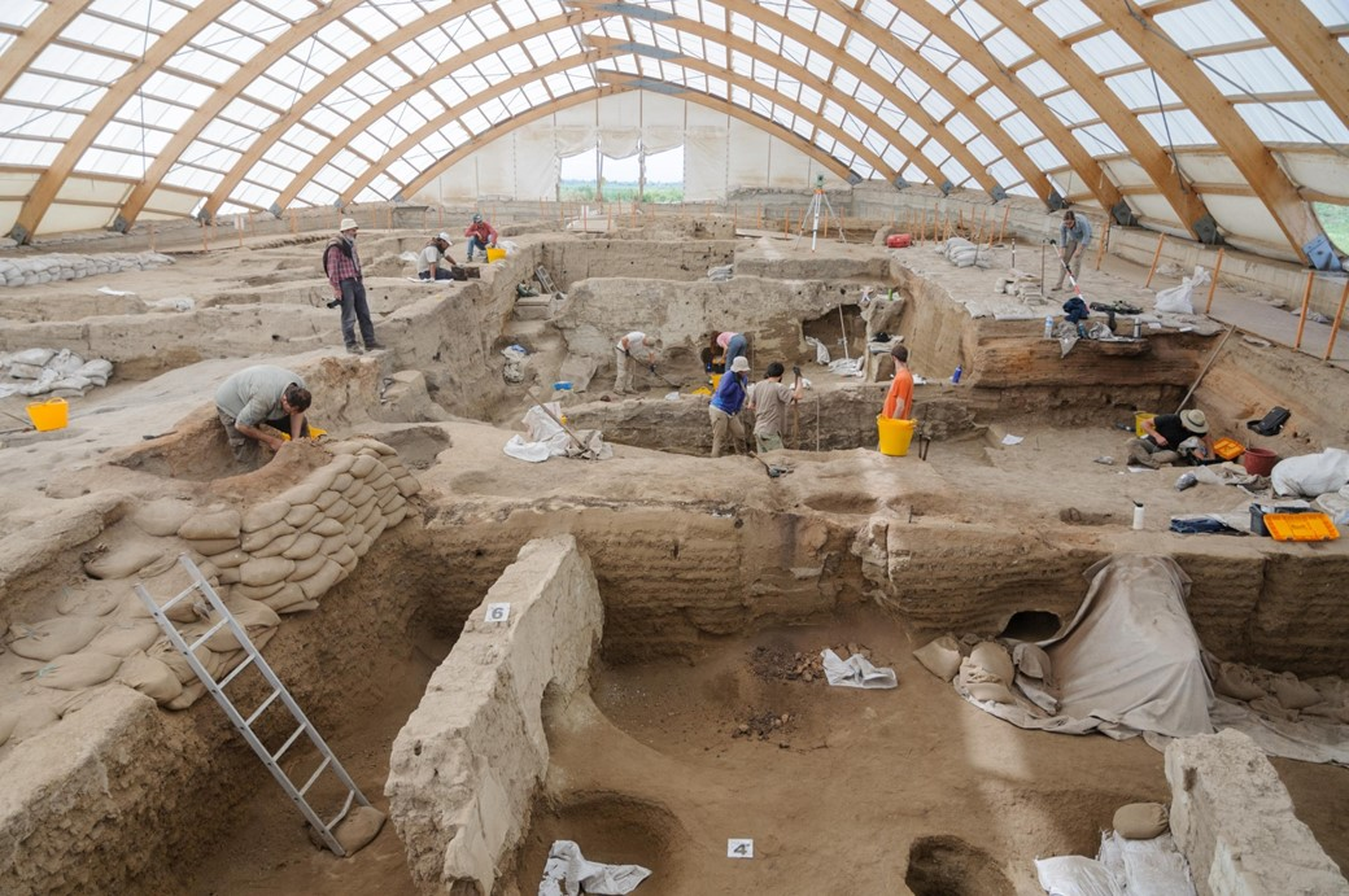 Escavações e estudos nas ruínas de Çatalhöyük. (Fonte: Scott Haddow/The Ohio State University/Reprodução)