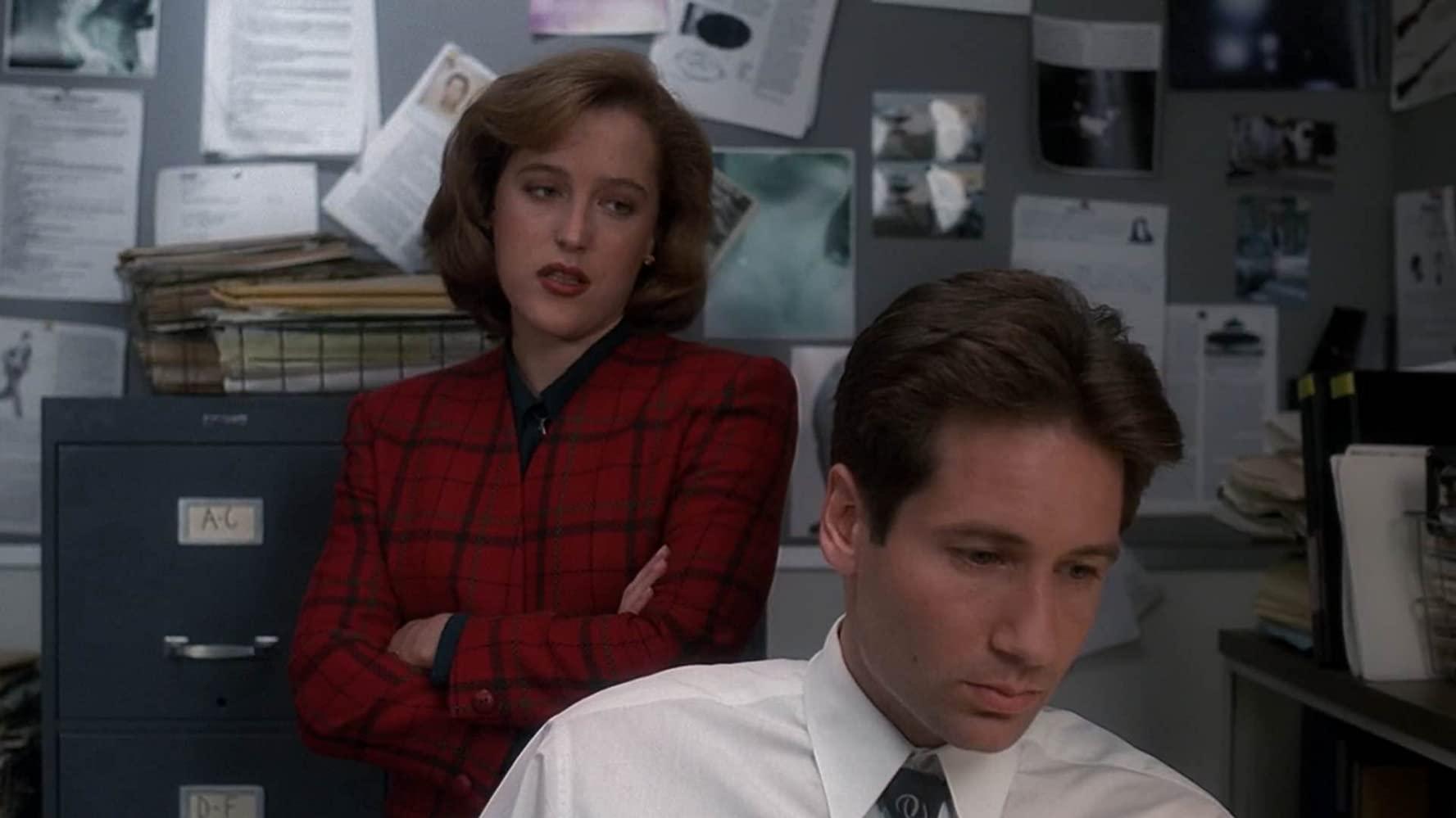 Gillian Anderson e David Duchovny protagonizam Arquivo X. (Reprodução)