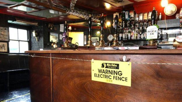 A cerca elétrica no bar do The Starr Inn. (Fonte: BBC/Reprodução)
