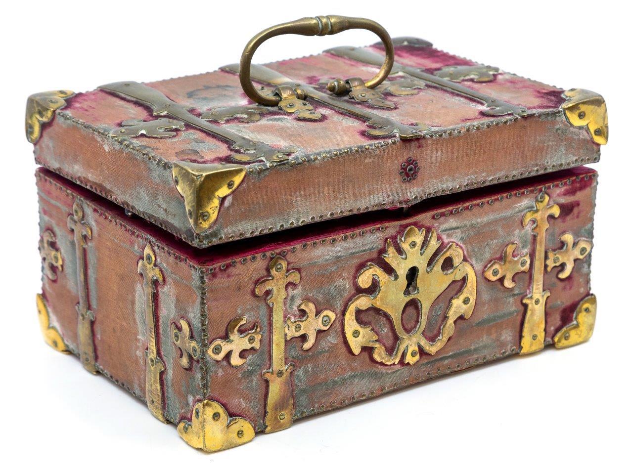 A caixa possui detalhes entalhados. (Fonte: Hansons Auctioneers)