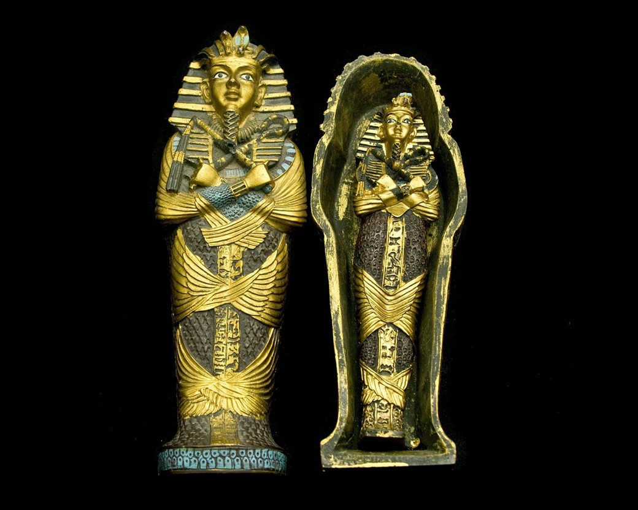As múmias eram depois de embalsamadas guardadas em sarcófagos (espécie de urna funerária), que podiam representar cargo ou patente e posição social.