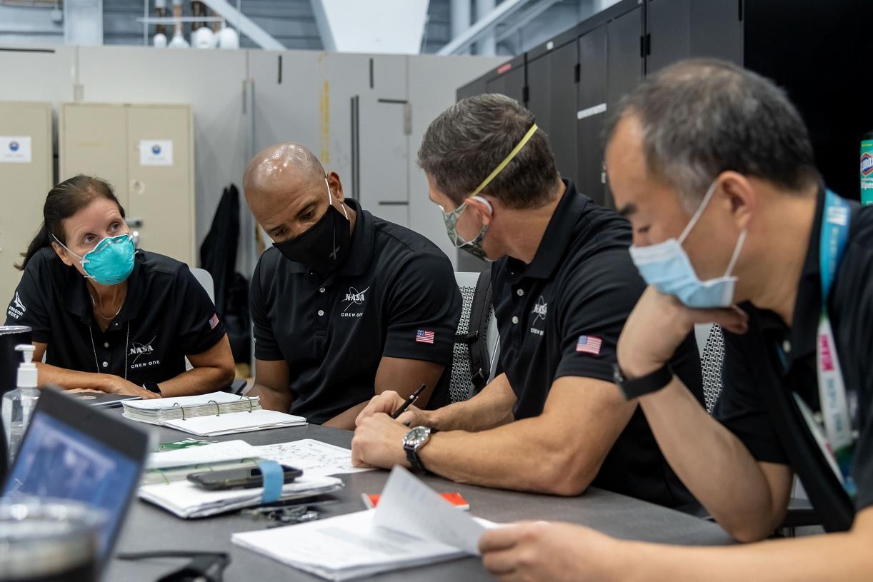 Os quatro tripulantes da missão Crew-1. Shannon Walker; Victor Glover; Michael Hopkins e Soichi Noguchi, respectivamente.