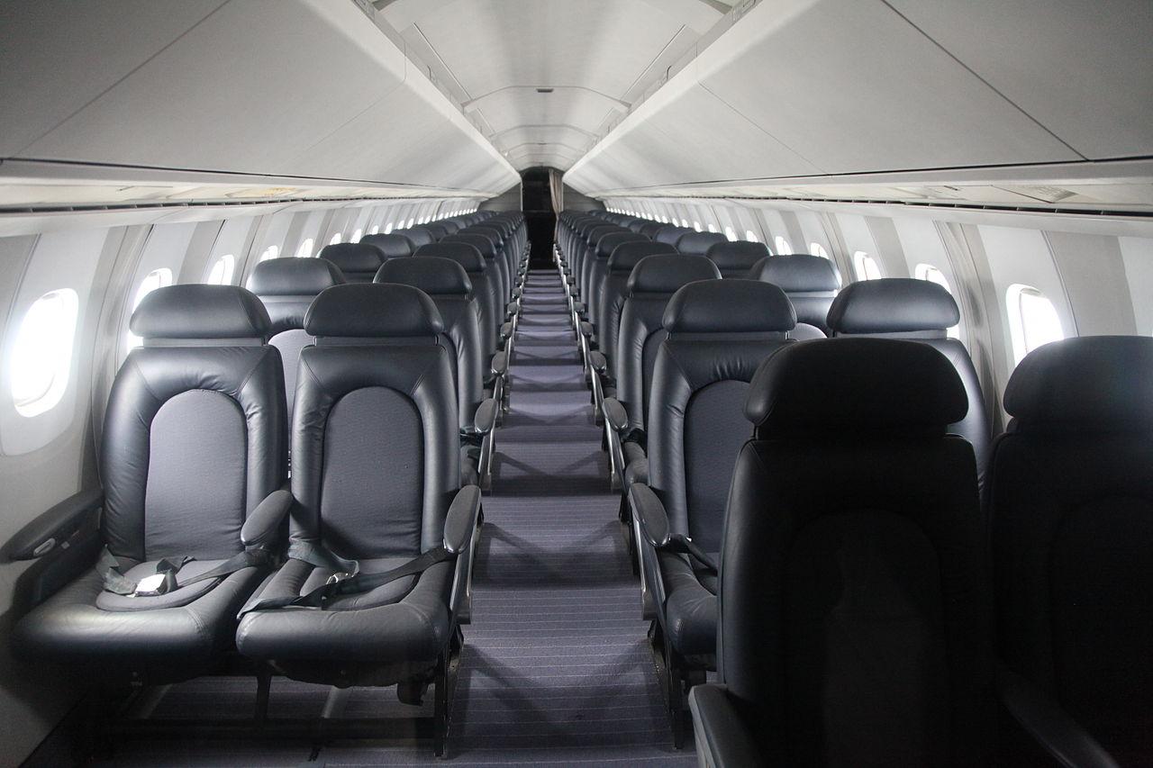 Interior do Concorde, com espaço para muito menos passageiros que outros aviões (Fonte: Wikimedia Commons)