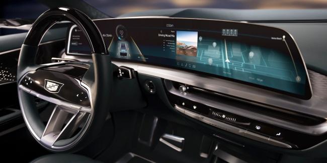 A enorme tela de LED de 33 polegadas, que funciona como painel do LYRIQ, chama a atenção no interior do carro.