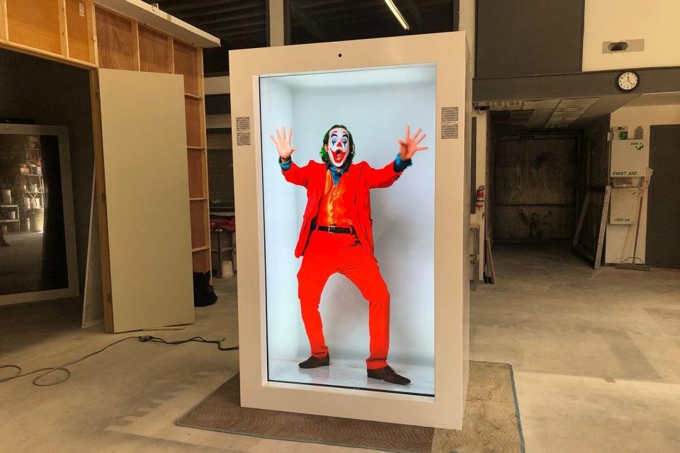 Cabine de holograma projeta pessoas em tamanho real