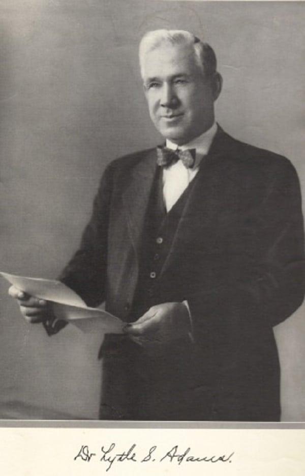 Dr. Lytle Adams (Fonte: History Collection/Reprodução)