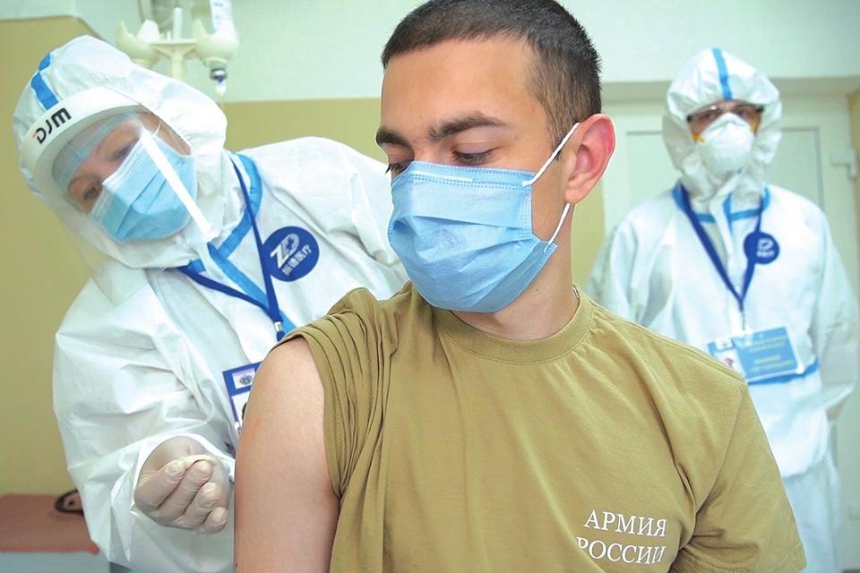 Um voluntário recebe uma dose de vacina durante ensaio clínico de vacina em Moscou.