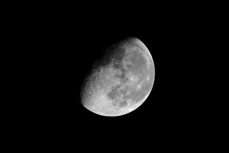 A lua minguante gibosa ainda tem brilho o suficiente para competir com as Perseidas.