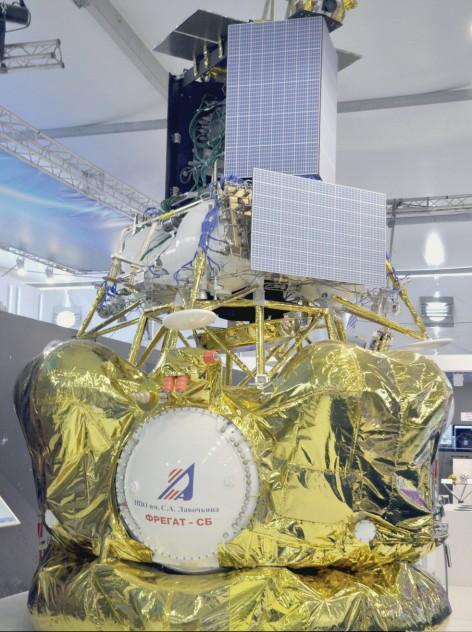 A sonda Luna-25, já aficada ao estágio superior Fregat-M do foguete um foguete Soyuz-2.